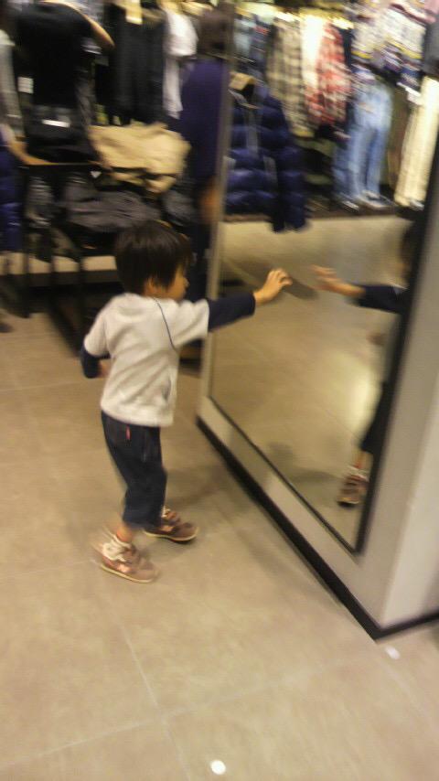 在りし日の次男の写真。洋服を選んでる時、振り返るといつもミラーワールドに旅立ってました。 http://t.co/9rJWsKdgEh