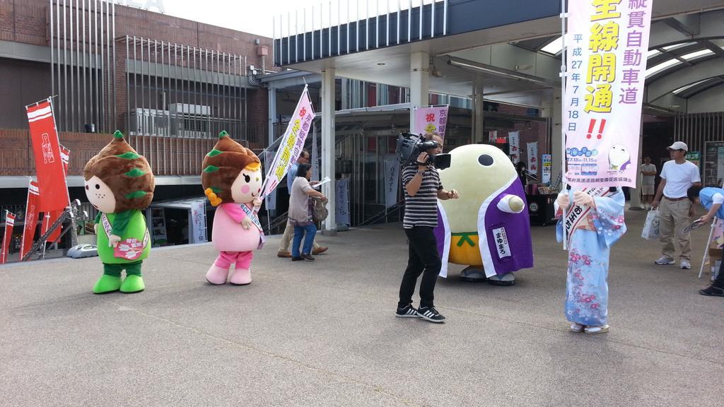 京都のご当地キャラもPRに来てまぁーす 名神大津SA。みんなの京都ふらりーのロケです!いよいよ全線開通『京都縦貫自動車道』! http://t.co/WQEf251qZp