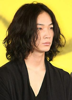 @mgmgnet 綾野剛さん、ロン毛も雰囲気あって素敵なんです。。 http://t.co/YGdjZKe5qH