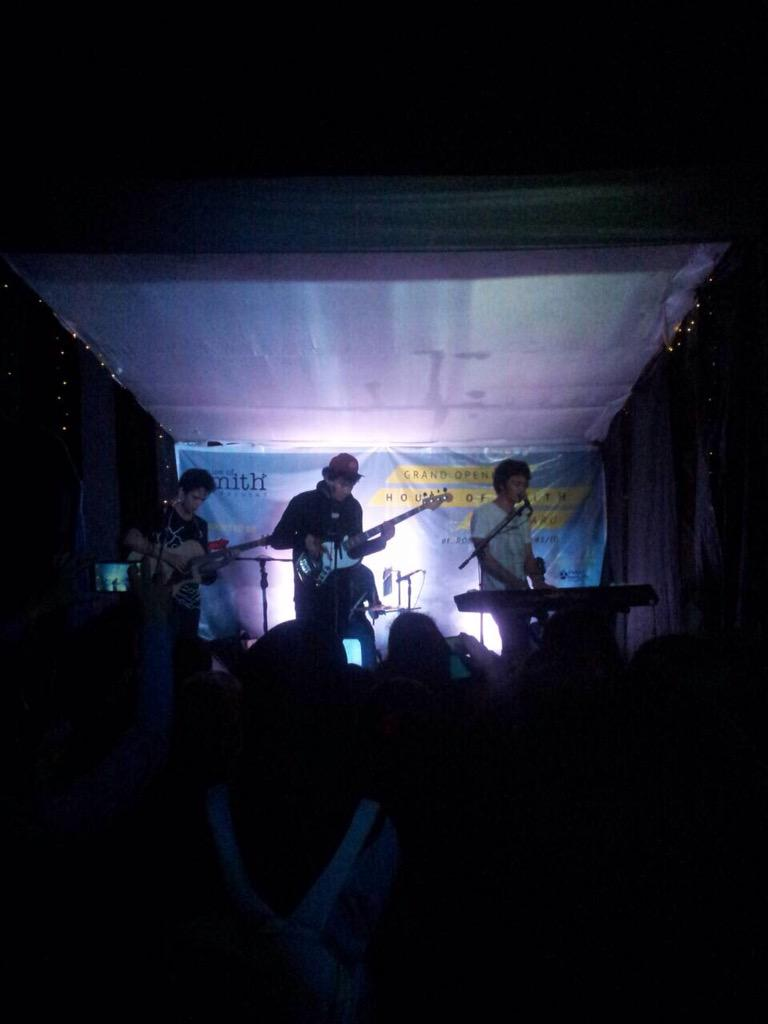 @aboutsmith: Performance dari @TheOvertunes di acara grand opening HOS pekanbaru @aboutsmithPKU kereeen! http://t.co/NO2UTWBei2