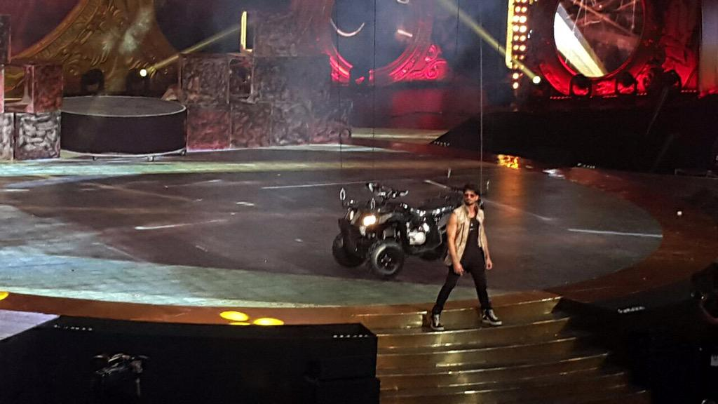 Shanatics!!! Kahan ho? Just for you! @shahidkapoor makes a dashing entry on stage at #IIFA2015 http://t.co/AG1fZEkvXN