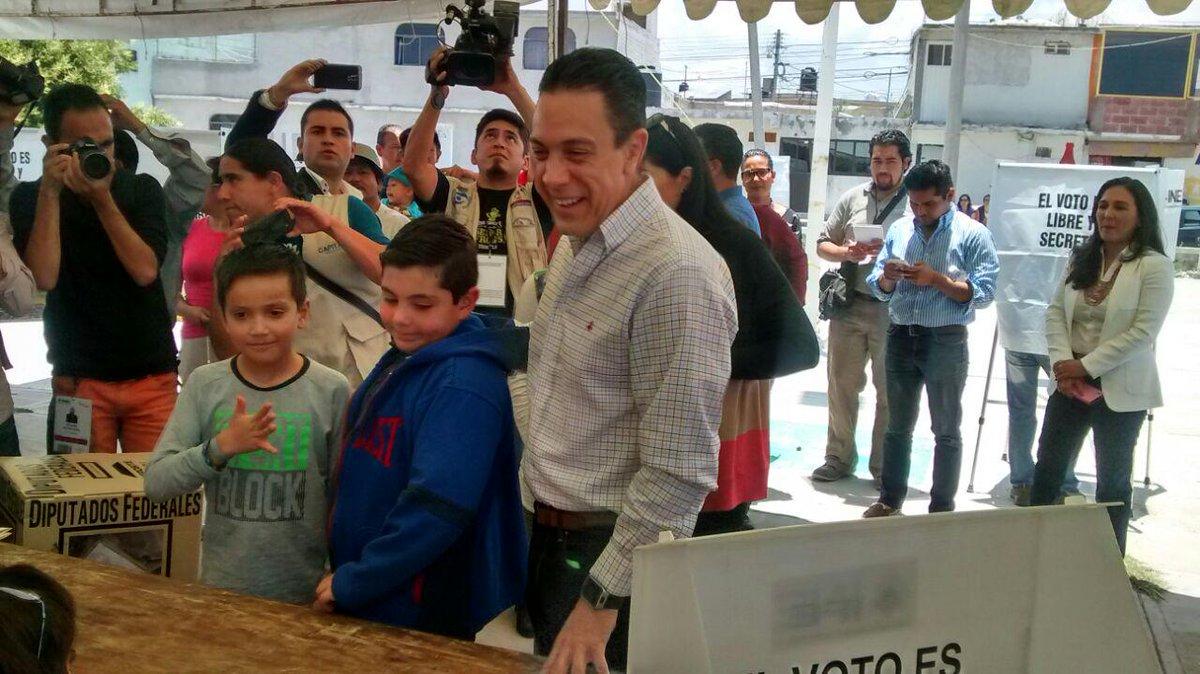 El senador por el PRI @omarfayad acudió a casilla del Tezontle a emitír su voto acompañado de su familia http://t.co/NTZ4CkFCyN