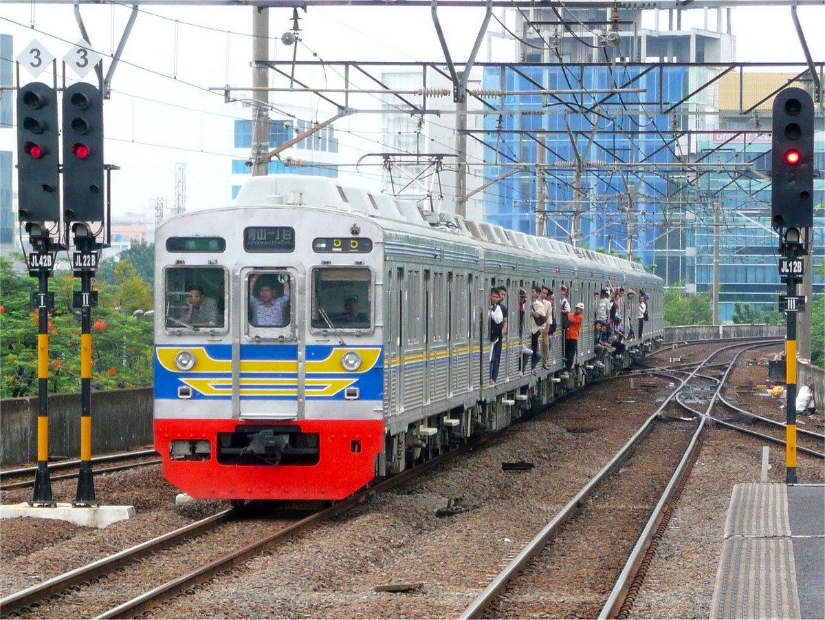 【外務省員の声】 初めてインドネシアに赴任した2003年。目に飛び込んできたのは,かつて日本の鉄道で使われていた中古電車が,首都ジャカルタで大勢の通勤客を乗せて走り回る姿でした。 http://t.co/NaSxcHiHrP http://t.co/CbM5cdqj2S