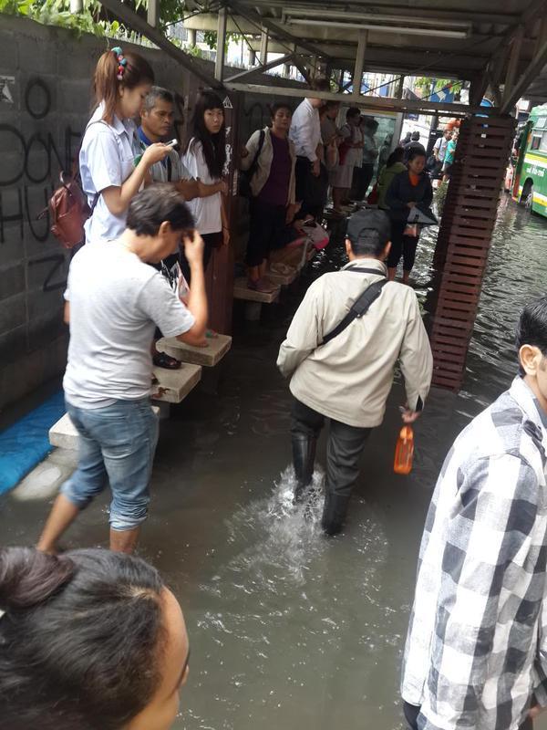 [08.43 น.,8 มิ.ย.] RT @kapookdotcom ฝนถล่มกรุง #น้ำท่วม ขังหลายจุด จราจรติดหนึบ #Thaiflood >> http://t.co/kJPGJYM8F9 http://t.co/ZU2rZCxKbv
