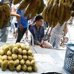 Sa kalagitnaan ng mga saging at mangga makikita mo ang hari na kagwapuhan na si Daniel Padilla ???????? #PSYAngPagsinta http://t.co/SlVJAO3Vuo
