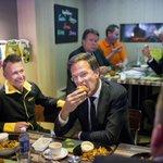 Premier Rutte eet bij Friet van Piet. Deze en andere nieuwsfotos van vandaag in: http://t.co/f3RW9mqTDI http://t.co/xZSzxAQpB7