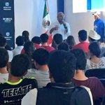 Presentando mis propuestas a estudiantes de @unea Querétaro. Un placer convivir con jóvenes llenos de ideas. http://t.co/SLRuvKP2bO