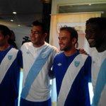Selección de Guatemala presenta el nuevo diseño de uniformes para la eliminatoria. Vía @dxtvguatevision http://t.co/RZMCRugf3W