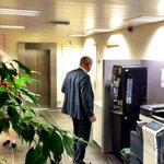 Burgemeester Gerritsen tapt kopje koffie om zich in schorsing te beraden op zijn positie. #haaksbergen #monstertruck http://t.co/LoYezid8mm