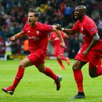 Sevilla schrijft geschiedenis. Nooit eerder veroverde een club vier keer de Europa League! #dnisev http://t.co/grporh9LF6