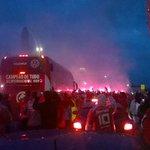 Ônibus do Inter em meio à Ruas de Fogo!! Colorado chegando ao Gigante! #CadaUmEOnze http://t.co/RQv1rDmDEN