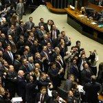 Câmara aprova em primeiro turno o fim da reeleição para presidente, governadores e prefeitos. http://t.co/J1l4ytbMfv http://t.co/RhWgma5TTi