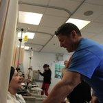 .@RaymondArrieta abraza a paciente de cáncer | Conmueve lo que ocurrió luego - http://t.co/qlpSvEfxjD http://t.co/ZtZk2j0AYc