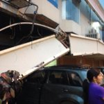 Estructura colapsó en la parte posterior del centro comercial Plaza Triangulo, Urdesa. No se reportaron heridos. http://t.co/nztsjOD6in