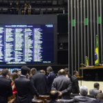 """Jean Wyllys: """"Hipócritas do PSDB e do DEM votaram em bloco a favor da corrupção"""". http://t.co/xmkt5UfvBU http://t.co/c1V0jgh7jn"""
