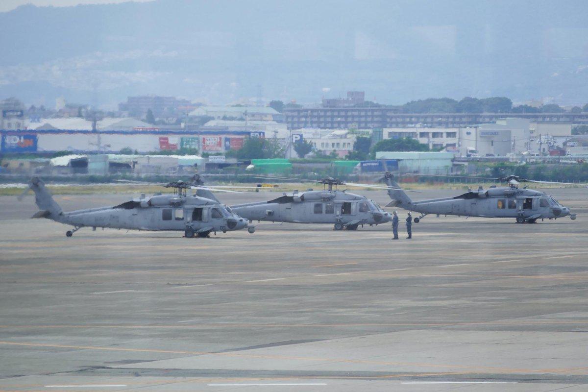 ちょうど目の前で、なんかやってたのでパチリ。 伊丹空港 http://t.co/7DfzdYgxJg http://t.co/HdDyOcNjUn