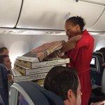 Após atraso de voo, piloto pede pizza para passageiros dentro de avião http://t.co/V142hr1CHe #G1 http://t.co/7mLW8bbbWa