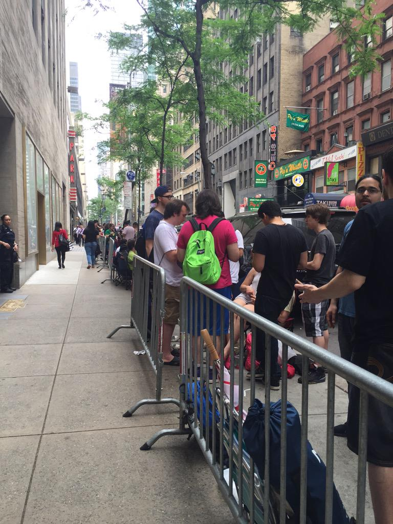 Nintendo fans line up for a midnight release of new amiibo & Splatoon at NYC store. http://t.co/CNPuj2i9ct http://t.co/rm06XfPWEw