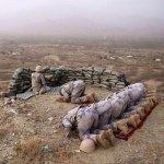 #صورة ???? جندي يحمي زملائه أثناء أدائهم الصلاة على حافة جبل في #الحد_الجنوبي #السعودية #حرس_الحدود - http://t.co/VkILBdfxZ0
