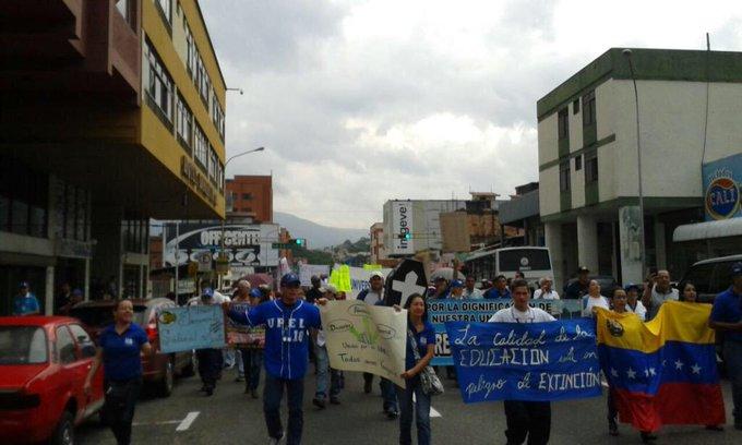 #LoMásRT Táchira Exigieron a Ministro de Educación respeto autonomía universitaria por asignación de cupos de OPSU. http://t.co/WkLriA3j7i