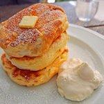 なんば駅の「ミカサデコ&カフェ」には、尋常じゃないほどトロけているパンケーキがあるよ。3段重ねになっているリコッタチーズパンケーキは、あまりにもふわふわ柔らかすぎて、自重で若干潰れている! http://t.co/it1bPdSMnl http://t.co/giRRloUggS