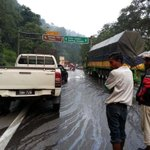 Gais selamatkan nyawa mak bapak kawan korang, lori minyak tumpah highway di simpang bukit tinggi dari bentong ke KL. http://t.co/YjJ0lA9q5l