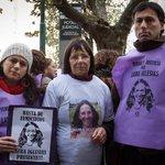 """#MardelPlata """"Que sigan investigando porque estamos seguros que a Laura la mató la Policía"""" http://t.co/kPidPLaWGO http://t.co/zMwu3KRqhm"""