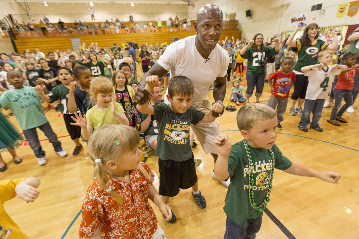 Here is @donald_driver80 celebrating #DrivenToBetterHealth with kids at Riverside Elementary in Fond du Lac today! http://t.co/ECN9IKnsqX