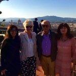 Con qualche amico al Piazzale Michelangelo una breve pausa e tra poco tutti al #Puccini con @matteorenzi #tuttixtitta http://t.co/megp2CTtQ0