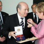 Womit sich die Kanzlerin weniger schwer tut als mit der #Ehefueralle #fifa http://t.co/1uUMOrtrKc