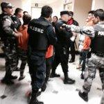Así llegó agente (mujer) de EMOV EP a sala de audiencias en #Cuenca para juicio por supuesto robo @mercurioec http://t.co/DbJvKrWV4Z