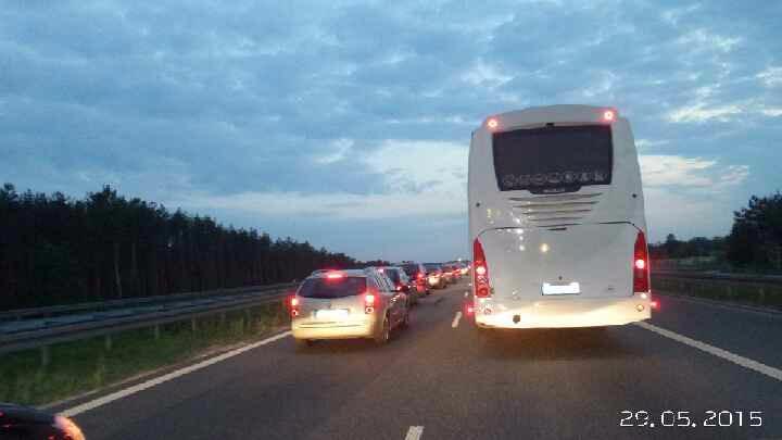 Korek na A2 Waw - Ldz długi na 30 km, bo... malują pasy.  Dobrze, że właśnie kontrolujemy utrzymanie autostrad... http://t.co/rBbE32Q6Hv