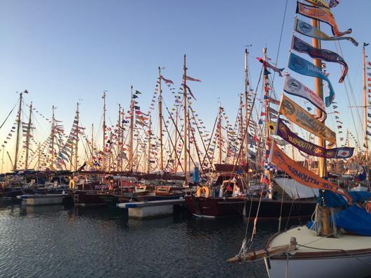 夕暮れの港。 無数の旗が風になびいて…とてもきれいでした! http://t.co/Fp2dE7p3uy