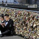 Paris will permanently remove all the love locks on Pont des Arts bridge http://t.co/piEFMvG1j8