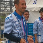 日本一LAWSONの制服が似合うJリーガーと言っても過言ではない?FC東京徳永選手がお弁当売ってます!徳永選手はもちろん、並んで買ってる人みんな笑顔!!コスプレドロンパもかわいい。 #fctokyo http://t.co/Iw7XzrDj9P