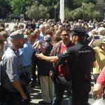 """2 periodistas agredidos en la mani anti-podemos de Madrid. Eran pocos, pero violentos! http://t.co/bIaL5BPWZP http://t.co/VLc9lWRLDC"""""""