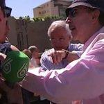 """Un equipo de laSexta increpado en una protesta contra @ahorapodemos:""""Os vamos a quemar vivos""""▶ http://t.co/1XQQHgeeqh http://t.co/6EOwbbTapj"""
