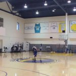 VIDEO: Steph Curry out here casually draining 1-handed no-look reverse half-court shots http://t.co/rHJS1OLyEs http://t.co/o8Fd01b5Fa