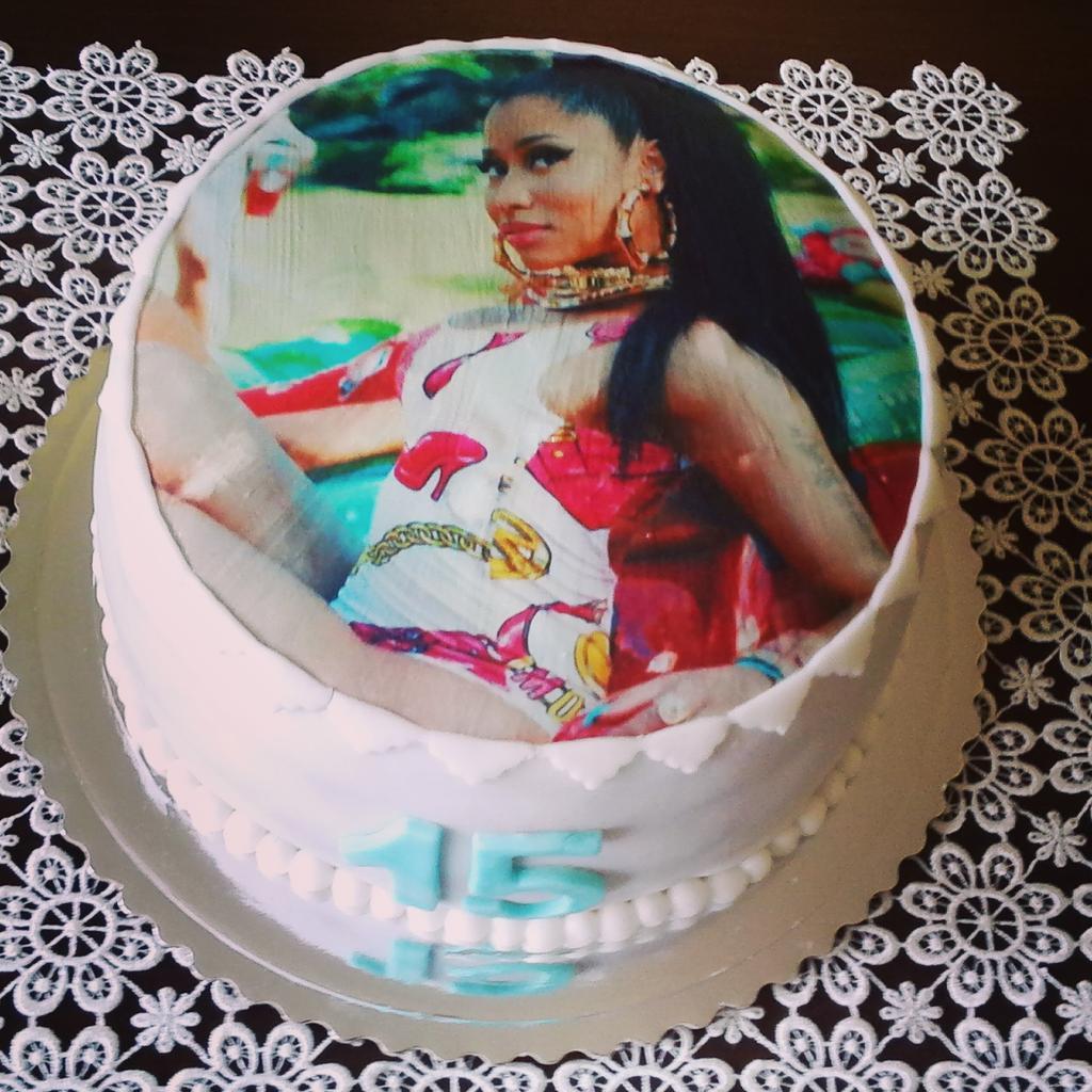 RT @theminajos: Look onika...it's my b-day cake !!!???????????? #IChoseNICKI @NICKIMINAJ http://t.co/ck9oIEliX8