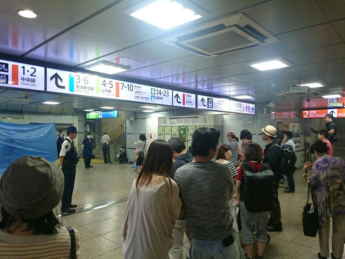 東京駅で警察やらマスコミやらの大群がいっぱいいた。ブルーシートで隠すくらいなんだから、良くない人なんだろな。 http://t.co/7zA3d2hQLd