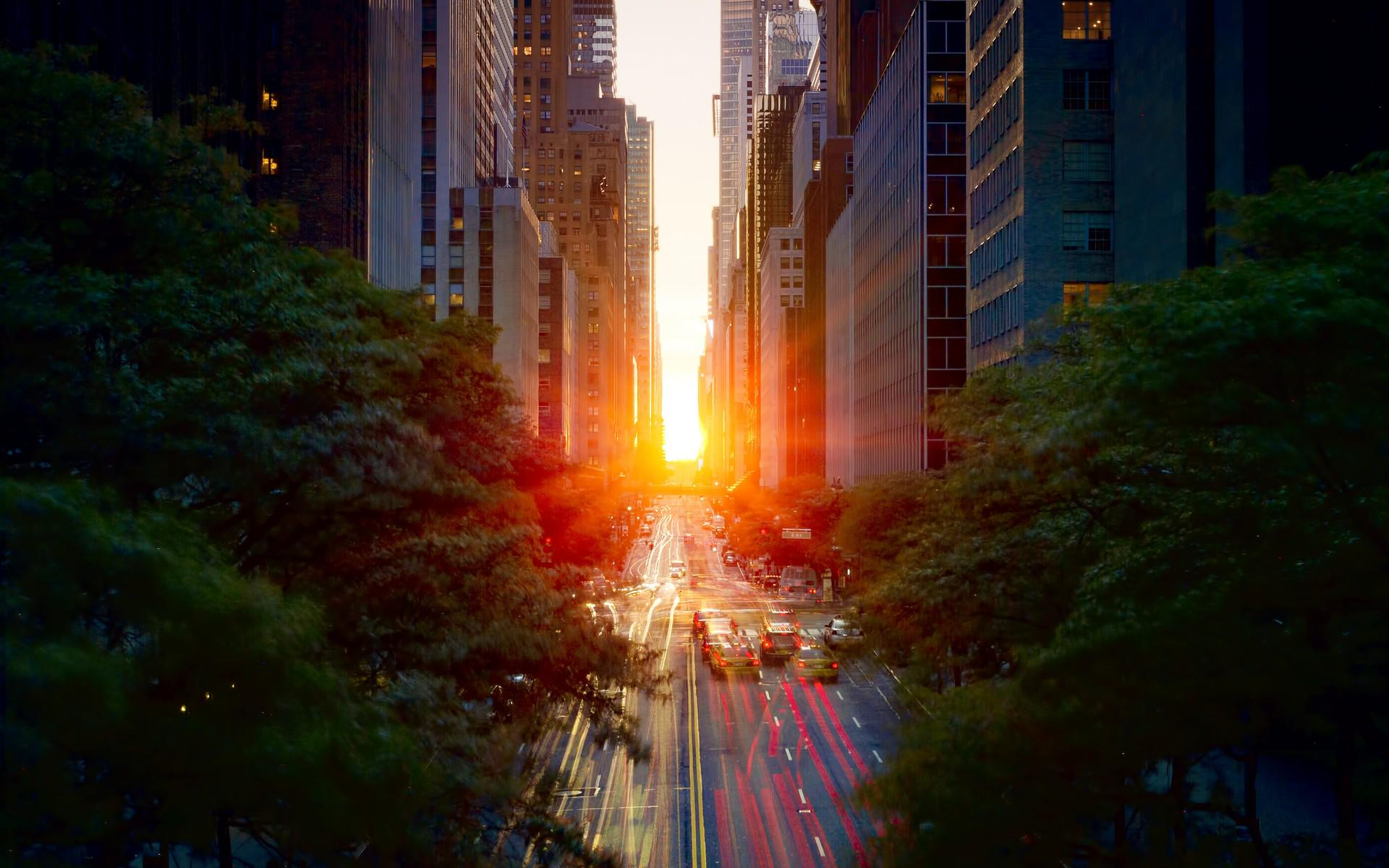 """Manhattanhenge"" is a biannual solar event where the rising or setting sun aligns with Manhattan streets. http://t.co/q6DZe8aB3g"