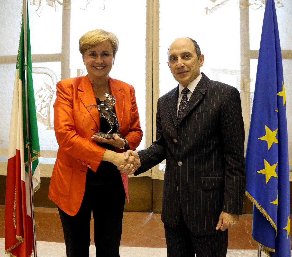 سعادة السيد الباكر يبحث مع معالي الوزيرة فيديريكا غيدي قضايا الاقتصاد والطيران. htt