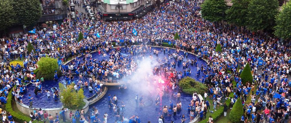 DIRECTO: La celebración por el ascenso del #RealOviedo está dejando imágenes espectaculares http://t.co/BOT5LeSzJl http://t.co/5bSIPWIPfU