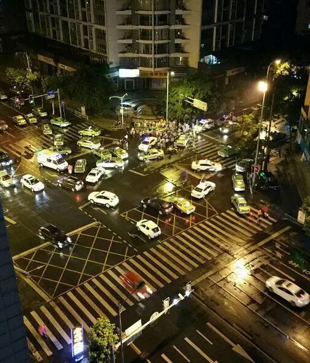 昨晚八宝街uber司机被钓鱼了:uber被出租钓鱼,到八宝街被拉下车群殴十几分钟,警察来了还在打,最终支援了5台警车,1台救护车才勉强带走uber司机 #ubercd   http://t.co/QYm26WBHLb http://t.co/2ngmWeyWNE