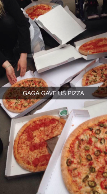 Lady Gaga sent pizza to all of her fans waiting outside her hotel today. So cute