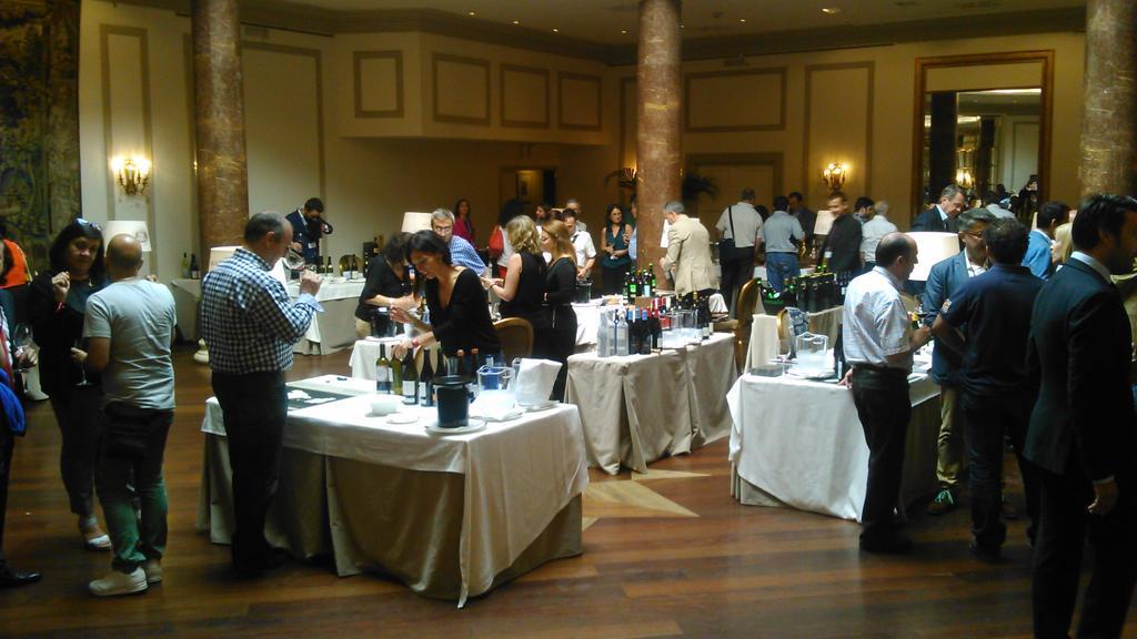 Grandes vinos y destilados en el #showroom evento de @juveycamps y @PrimerasM_Dist en @HotelWellington #winelovers http://t.co/HqOzbOcOC6