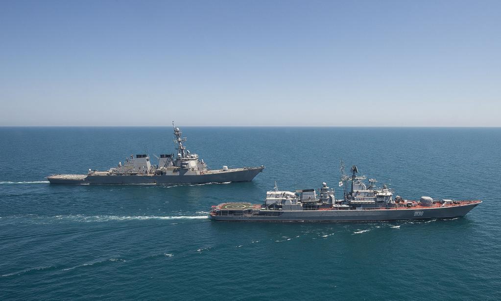 Фотографию эсминца ВМС США & laquo;Ross & raquo; и & nbsp; фрегата ВМС...
