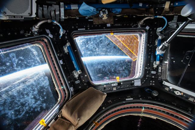 Look at all those astronaut nose prints!  It's where I'd be. http://t.co/lSNXXxOskx @NASA #astronauts http://t.co/8HIjiCTii8