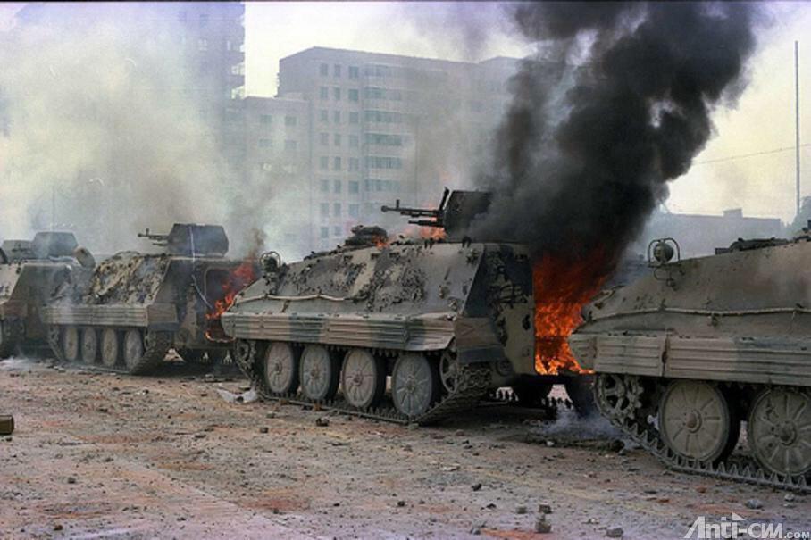 89年6月4日清晨,长安街,28集团军受阻,民众介绍屠杀情况。军长何燕然军政委张明春不理会军委派遣的直升机一再呼吁强行开进的命令,撤走部队。74辆军车被烧毁,包括31辆装甲车、2辆电台通讯车。#图说八九六四 http://t.co/wrExS8CcQ2