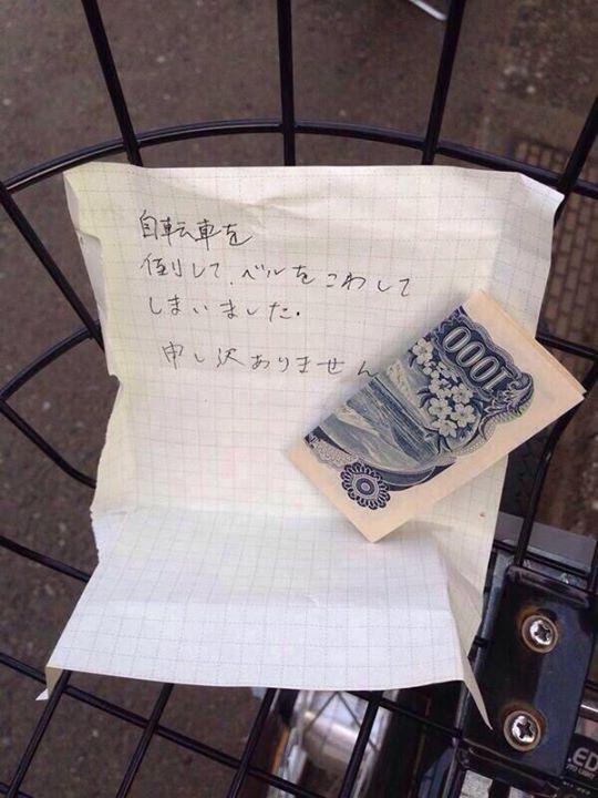 Эзгүй хойгуур нь дугуйгч чинь унагагаад хонхыг чинь эвдэлчихлээ ёстой уучлаарай гээд 1000 иен үлдээчиж. #japanese http://t.co/envEAKVICe